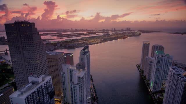 vídeos y material grabado en eventos de stock de aerial port miami, fl viewed from miami river at dawn - bahía de biscayne