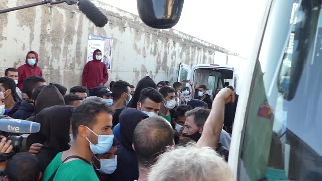 vídeos de stock e filmes b-roll de port of arguineguín where the police have evicted around 225 irregular migrants of maghreb origin from the emergency camp set up by the red cross on... - refugiado