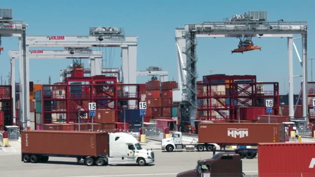 vidéos et rushes de port of los angeles - container