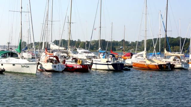 港の rostock 、ヨット - 遊覧船点の映像素材/bロール