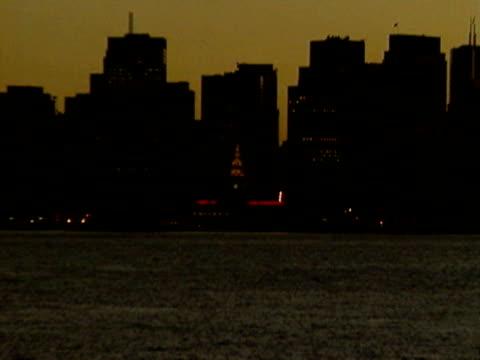 stockvideo's en b-roll-footage met port of san francisco at night - veerbootgebouw