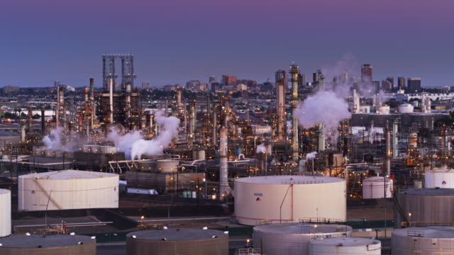 vídeos de stock e filmes b-roll de port oil refinery lit up at sunset - drone shot - wilmington cidade de los angeles