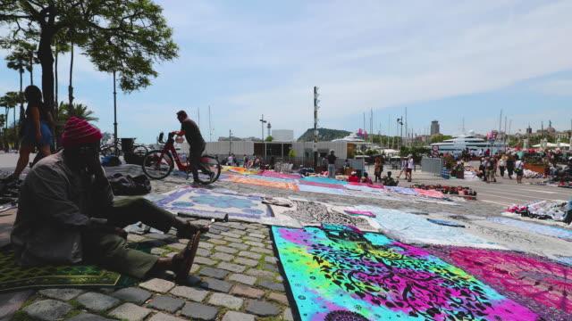 stockvideo's en b-roll-footage met port vell street sellers, barcelona, spain - straatverkoper