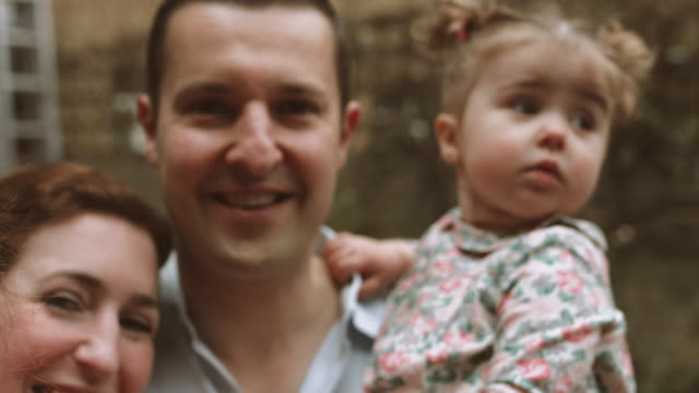 vidéos et rushes de portait of family at home - deux parents