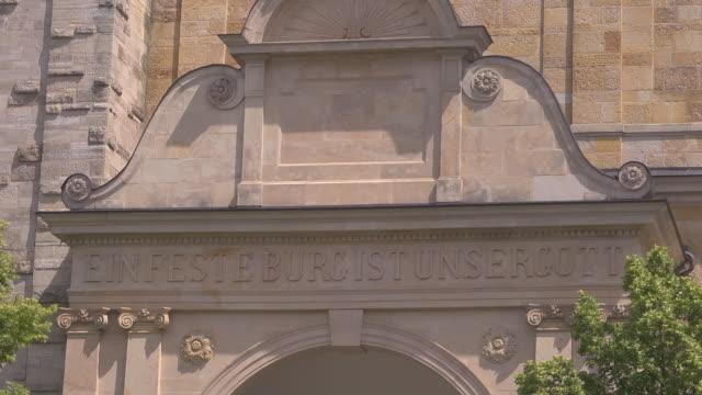 """portal inscription """"ein feste burg ist unser gott"""" - 宗教的指導者 マルティン・ルター点の映像素材/bロール"""