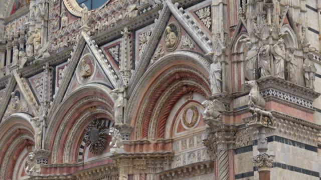 portal of santa maria assunta cathedral in siena, tuscany, italy - レリーフ点の映像素材/bロール
