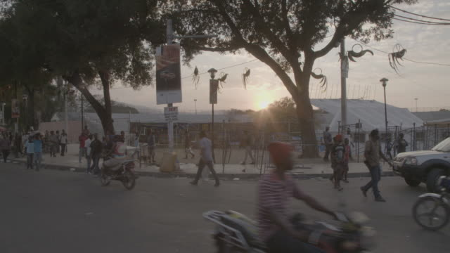 vídeos y material grabado en eventos de stock de port-au-prince busy street during sunset, wide shot - hispaniola