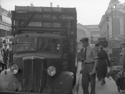 a porter checks a delivery of apples at covent garden market - porter stock videos & royalty-free footage
