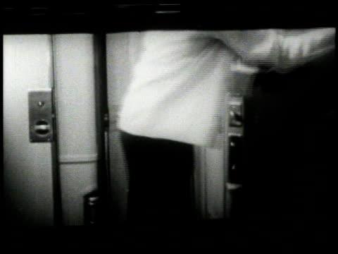 vídeos y material grabado en eventos de stock de 1950 montage porter opening up bed in sleeper compartment / united states - maletero