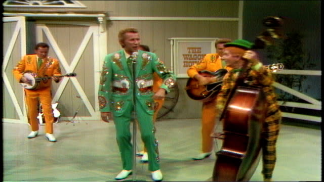 vídeos de stock e filmes b-roll de porter wagoner thanks guests bill monroe and the bluegrass boys. porter wagoner closes show, joined by the wagonmasters and speck rhodes on upright... - television show