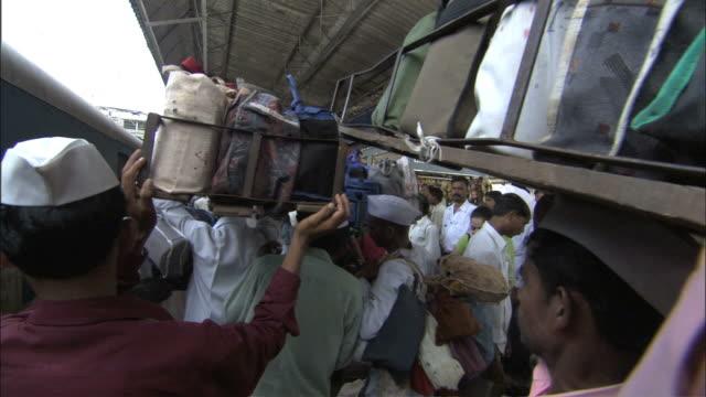 vídeos de stock, filmes e b-roll de ws zi porters wearing white hats crowd up to train / kerala - artigo de vestuário para cabeça