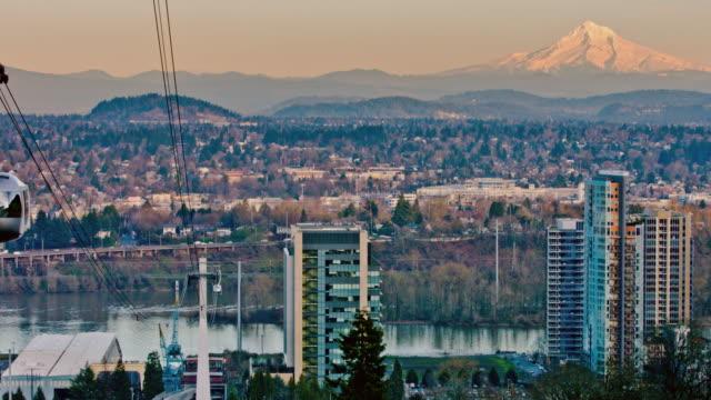 空から見たポートランドの路面電車 - オレゴン州 ポートランド点の映像素材/bロール
