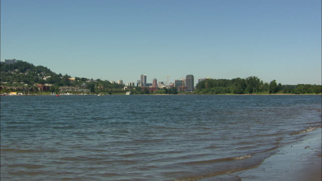 WS Portland cityscape across Willamette River / Oregon, USA