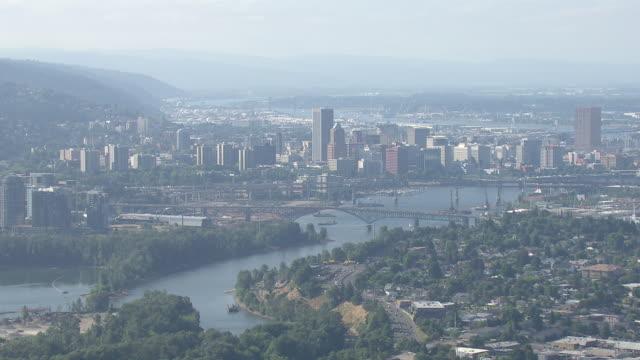 portland cityscape overlooking willamette river - オレゴン州 ポートランド点の映像素材/bロール