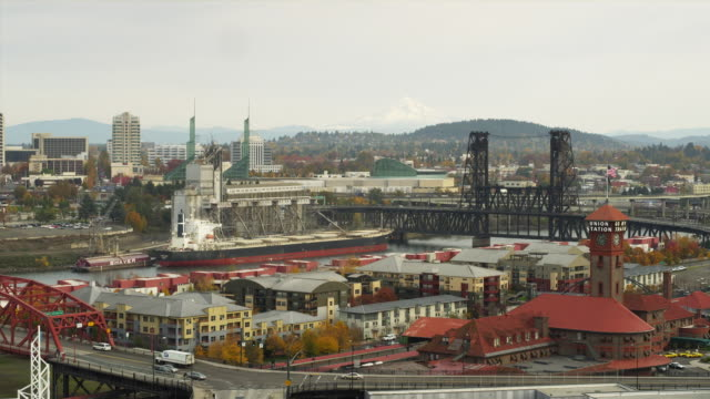 WS HA Portland looking east at Broadway Bridge and Steel Bridge / Oregon, USA