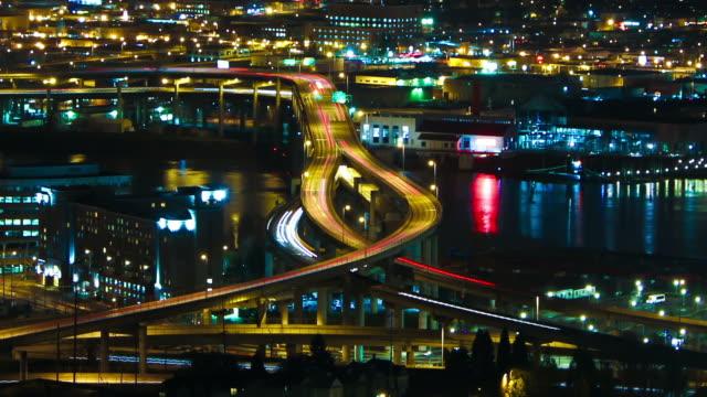 portland di notte zoom - fiume willamette video stock e b–roll