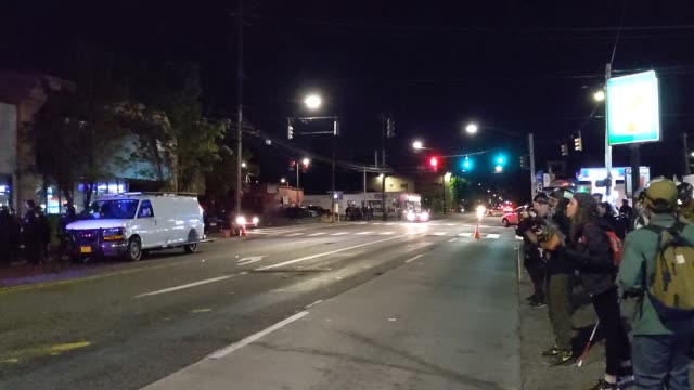 vídeos de stock e filmes b-roll de portland police announce over a loud speaker that the gathering has been declared a riot while protesters line the streets and refuse to leave as... - portland oregon