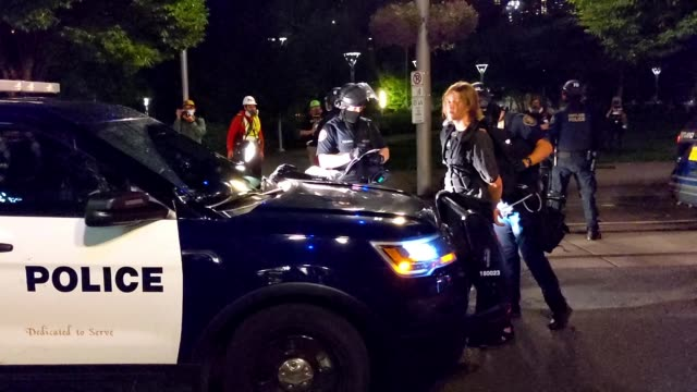 vídeos y material grabado en eventos de stock de portland police arrest a protester during a dispersal from in front of the immigration and customs enforcement detention facility early in the... - portland oregón