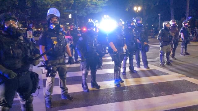 portland police disperse a crowd of about 150 from portland city hall early in the morning on august 26, 2020 in portland, oregon. crowds chanted in... - ウィスコンシン州点の映像素材/bロール