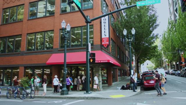 portland street scene near powell's city of books - portland oregon stock-videos und b-roll-filmmaterial
