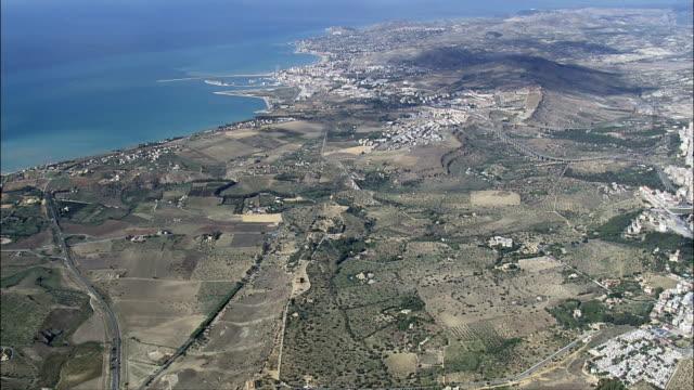 porto empedocle-vista aerea-sicilia, provincia di agrigento, porto empedocle, italia - valle video stock e b–roll