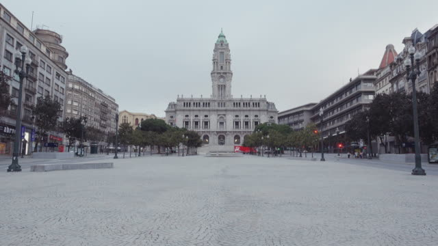 vídeos de stock, filmes e b-roll de 4k | porto portugal postcard of the main square avenida dos aliados. empty avenue / park at early morning on a forecast day of autumn. historical downtown oldtown. we can see the cityhall. - porto distrito