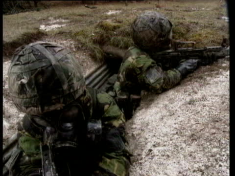 stockvideo's en b-roll-footage met porton down soldiers wearing gas masks and nbc protection suits / on patrol at porton down. chemical warfare practice on june 02, 1998 in porton,... - rampenoefening
