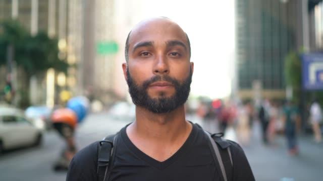 stockvideo's en b-roll-footage met portret van een man in een stad - opvallen in een menigte