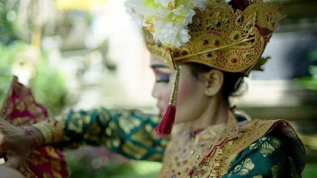 portrait artistic female performing ancient religious temple indonesia - 神話点の映像素材/bロール