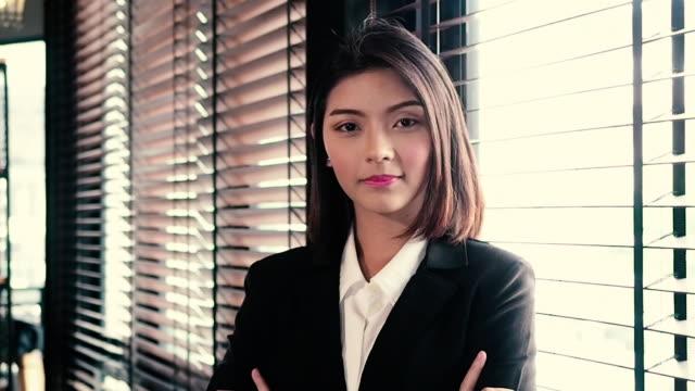 portrait asia schöne geschäftsfrau smart casual wear blick auf die kamera - menschliche gliedmaßen stock-videos und b-roll-filmmaterial
