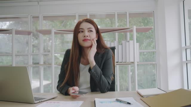 vídeos y material grabado en eventos de stock de retrato hermosa joven empresaria asiática y su sonrisa en la oficina. - mckyartstudio