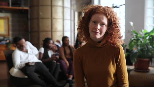 自信に満ちた、気ままな若い女性の肖像画 - 赤毛点の映像素材/bロール