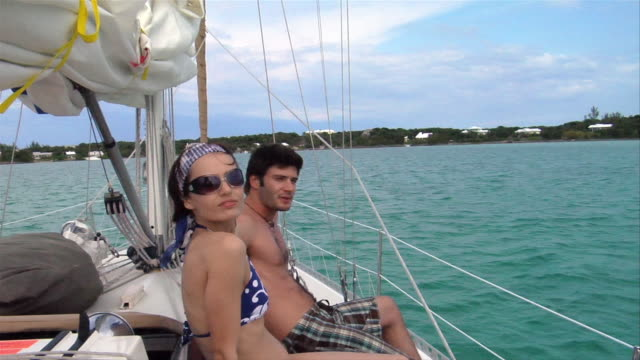 stockvideo's en b-roll-footage met sm ms portrait couple on boat/ harbour island, bahamas  - haarband