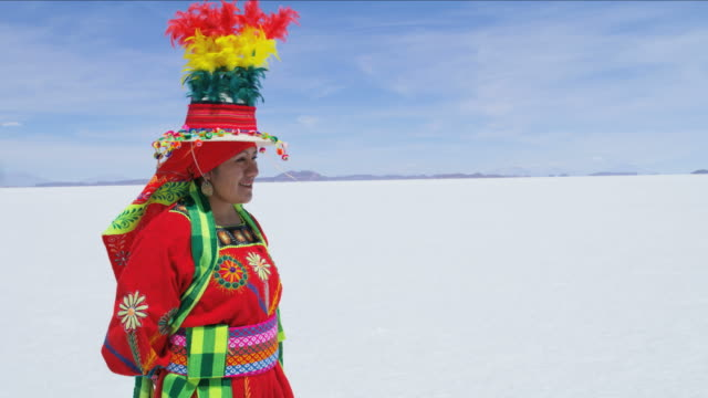 vídeos y material grabado en eventos de stock de portrait female bolivian salt flats in traditional costume - tribu sudamericana
