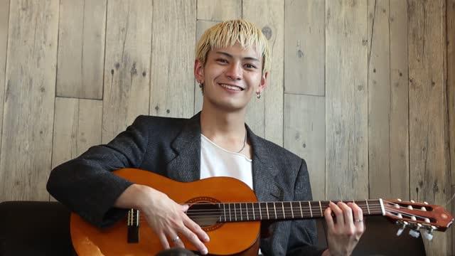 ギタリストの肖像 - シンガーソングライター点の映像素材/bロール
