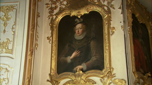 zi cu portrait in baroque ancestral gallery in munich residence (royal palace of the bavarian monarchs), munich, bavaria, germany - gemälde stock-videos und b-roll-filmmaterial