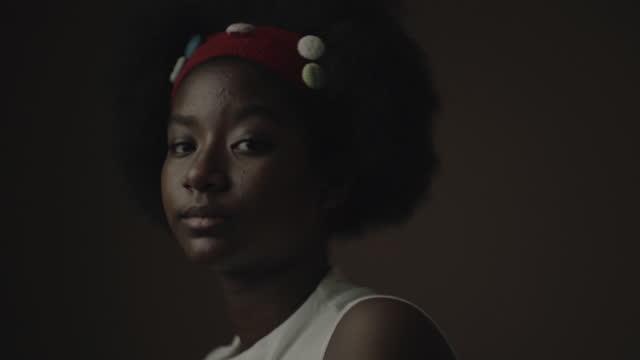 portrait , lonely girl - våld bildbanksvideor och videomaterial från bakom kulisserna