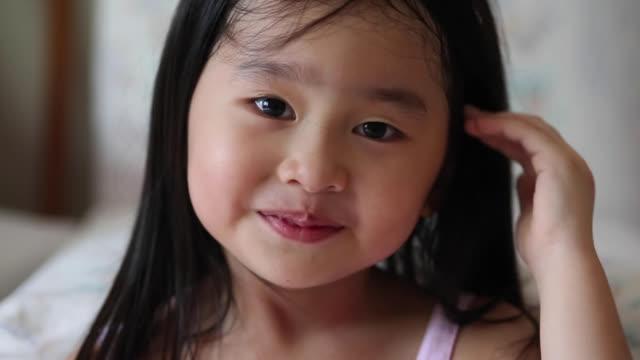 stockvideo's en b-roll-footage met portret: maleisische meisje - haaraccessoires
