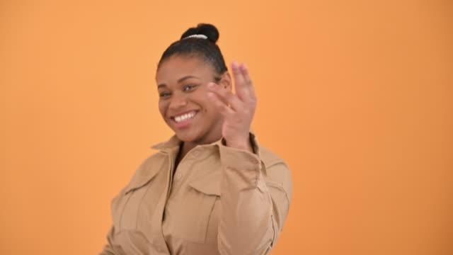 vidéos et rushes de verticale de 19 ans fille noire dansant dans le imperméable beige - une seule adolescente