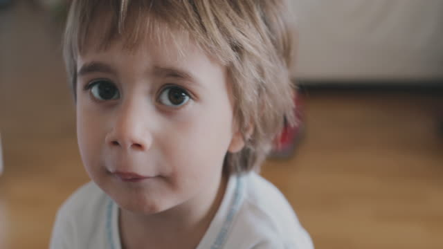 vídeos de stock, filmes e b-roll de portrait of a 2 year old boy - falar