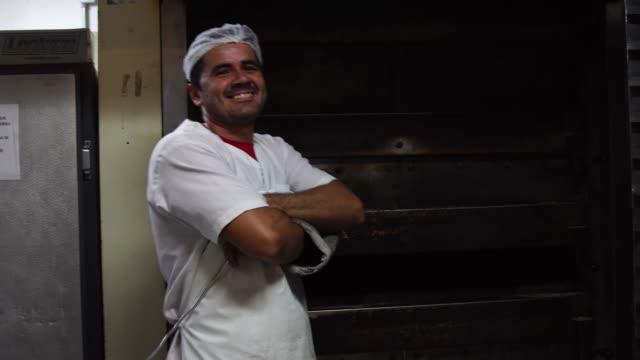 porträt eines baker - brot backen stock-videos und b-roll-filmmaterial