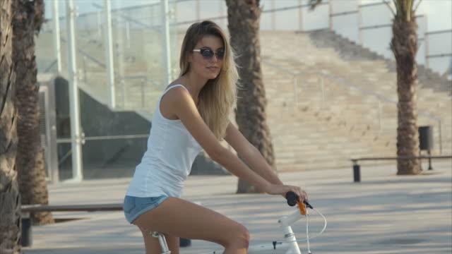 vídeos de stock, filmes e b-roll de retrato de uma menina bonita da bicicleta - short curto