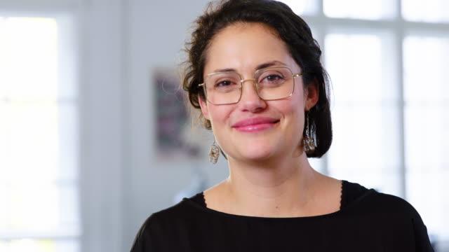 vídeos y material grabado en eventos de stock de retrato de una hermosa empresaria con anteojos - mujeres de mediana edad