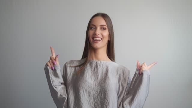porträt einer schönen jungen frau, die in die kamera lächelt. - only young women stock-videos und b-roll-filmmaterial