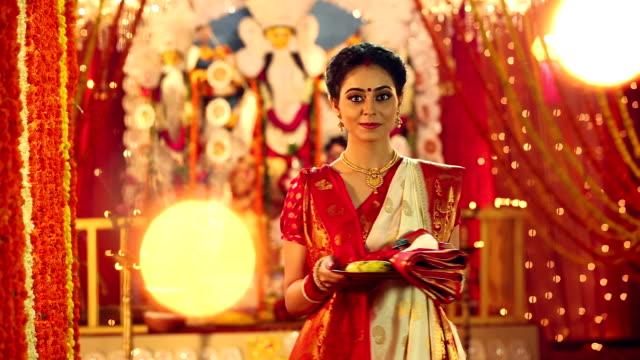 portrait of a bengali woman celebrating durga puja festival, delhi, india - 盆点の映像素材/bロール