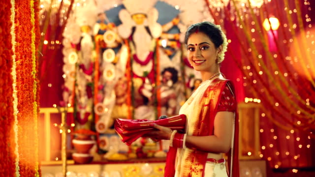 vídeos y material grabado en eventos de stock de portrait of a bengali woman celebrating durga puja festival, delhi, india - bandeja para servir
