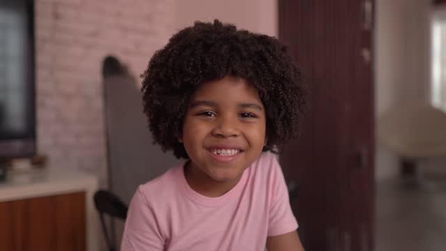 vídeos de stock e filmes b-roll de portrait of a boy at home - cabelo natural