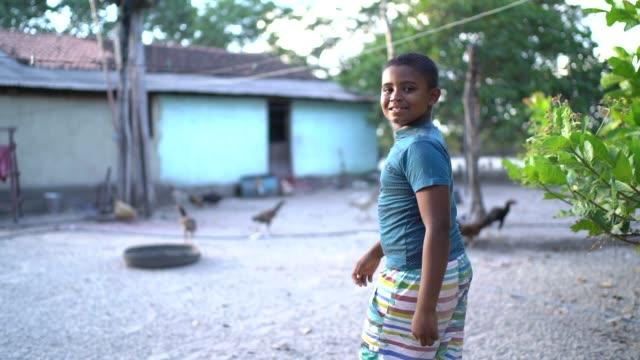 ritratto di un ragazzo all'aperto in una scena rurale - america del sud video stock e b–roll