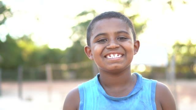 vídeos de stock, filmes e b-roll de retrato de um menino ao ar livre em uma cena rural - cidade pequena