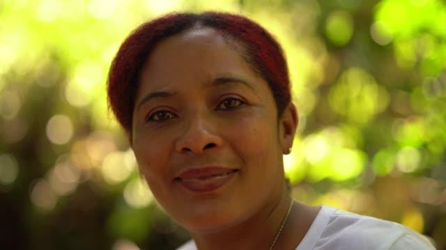 カメラを見ているブラジル人女性の肖像 - アフリカ系カリブ人点の映像素材/bロール